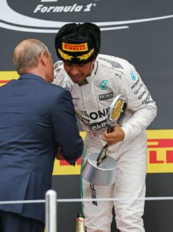 Победитель гонки - Льюис Хэмилтон, Mercedes AMG F1 празднует на подиуме с Владимиром Путиным, Президентом Российской Федерации