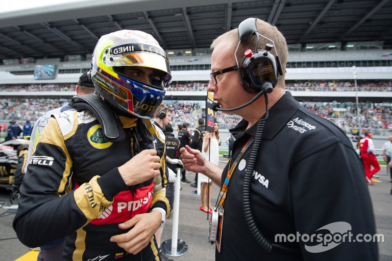 Pastor Maldonado, Lotus F1 Team with Mark Slade, Lotus F1 Team Race Engineer on the grid