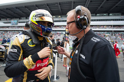 Pastor Maldonado, Lotus F1 Team con Mark Slade, Lotus F1 Team Ingeniero en la  parrilla