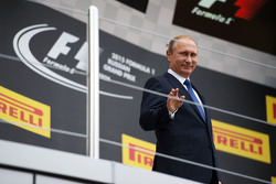Владимир Путин, президент Российской Федерации на подиуме