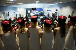 Грид-гёрл на пресс-конференции FIA
