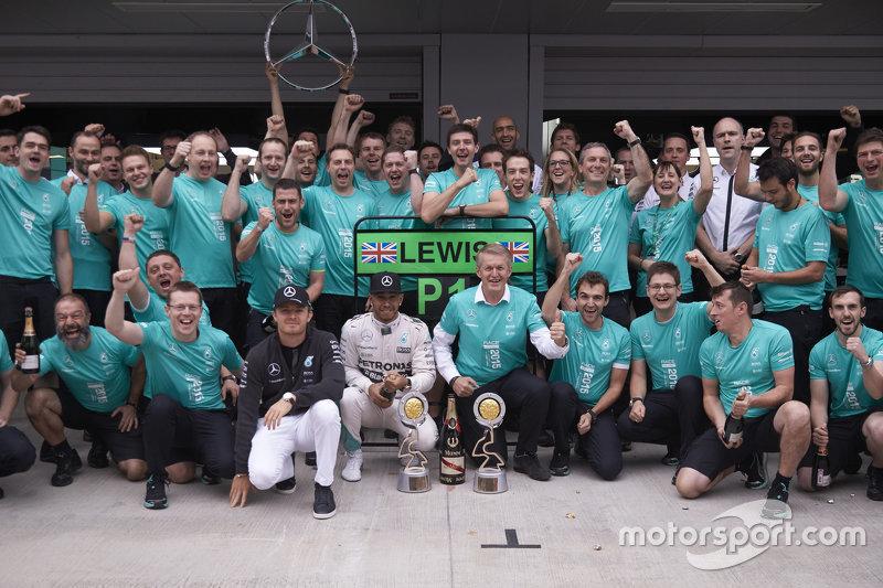 Несмотря на сход Росберга, благодаря штрафу Райкконена Mercedes второй год подряд досрочно завоевала Кубок конструкторов