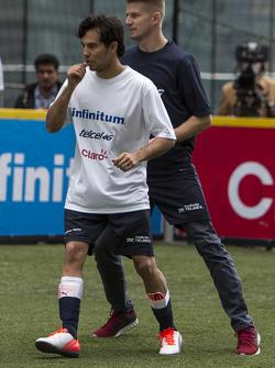 Sergio Pérez y Nico Hulkenberg, Sahara Force India Juegan un partido de futbol en la Ciudad de México