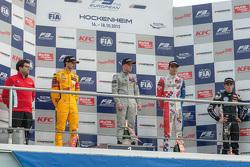 Campeonato Podio: segundo lugar Antonio Giovinazzi, Jagonya Ayam con Carlin Dallara Volkswagen 2015