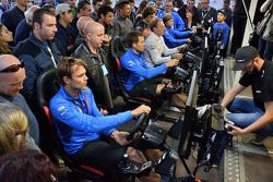 Andreas Mikkelsen, Sébastien Ogier, Jari-Matti Latvala, Volkswagen Motorsport juegan con el simulador de WRC