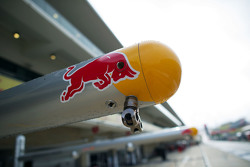 Red Bull Racing pit equipment та лого