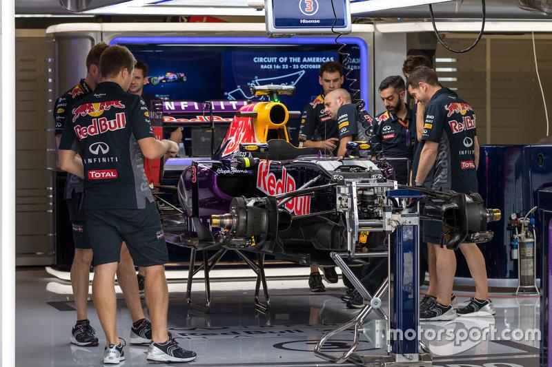 Un Red Bull Racing RB11 es preparado en los pits