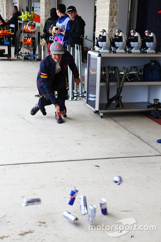 Carlos Sainz Jr., Scuderia Toro Rosso practices bowling in the pits