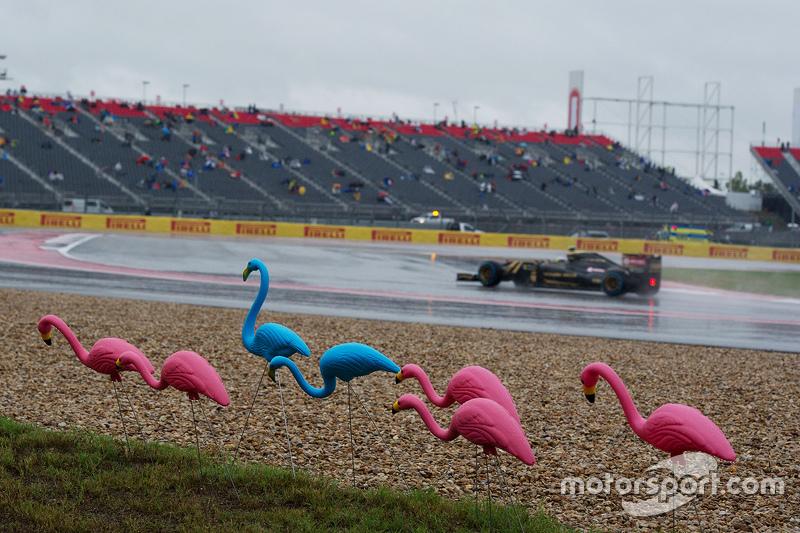 Pastor Maldonado, Lotus F1 E23 passes plastic flamingos