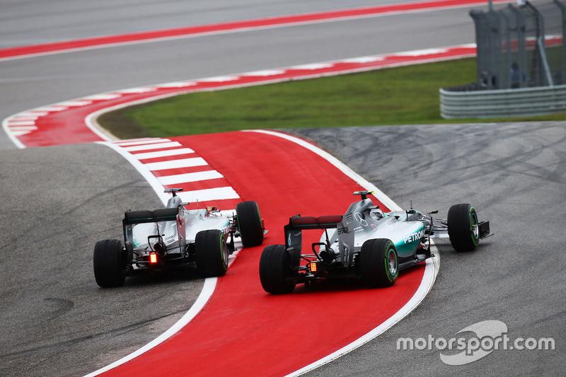 Контакт между Льюисом Хэмилтоном, Mercedes и Нико Росбергом, Mercedes в первом повороте