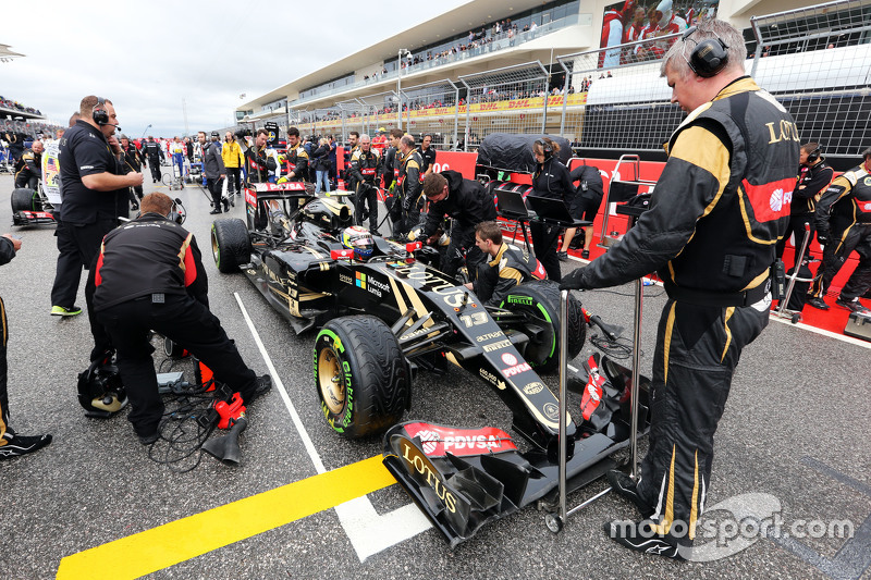 Pastor Maldonado, Lotus F1 E23 on the grid