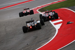 Ніко Хюлкенберг, Sahara Force India F1 VJM08 проїжджає скрізь уламки в першому повороті