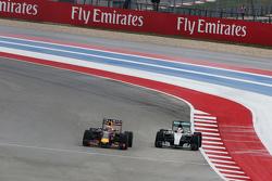 Daniel Ricciardo, Red Bull Racing RB11 e Lewis Hamilton, Mercedes AMG F1 W06