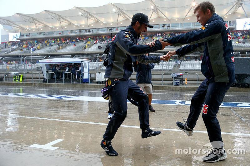 "F1 - Daniel Ricciardo, Red Bull Racing et Daniil Kvyat, Red Bull Racing dansent ensemble (<a href=""http://fr.motorsport.com/f1/photos/main-gallery/?r=19483"">Galerie</a>)"