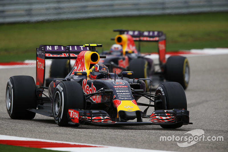 Daniil Kvyat, Red Bull Racing RB11 devant son équipier Daniel Ricciardo, Red Bull Racing RB11