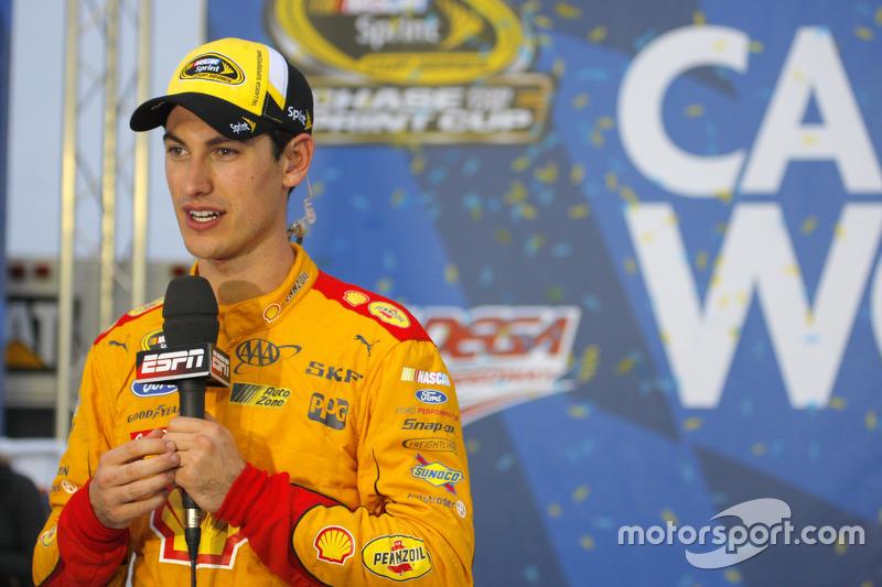 "NASCAR - Le vainqueur Joey Logano, Team Penske Ford (<a href=""http://fr.motorsport.com/nascar-cup/photos/main-gallery/?r=20544"">Galerie</a>)"