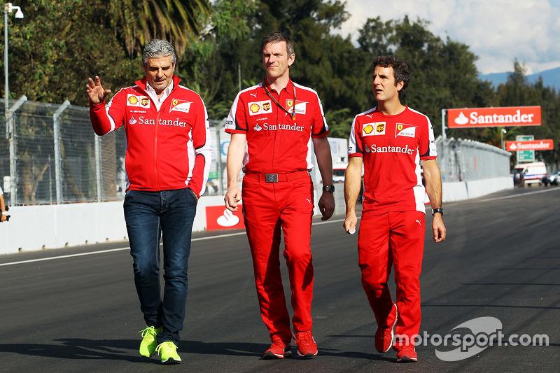 Maurizio Arrivabene, Ferrari Takım Patronu ve James Allison, Ferrari Şasi Teknik Şefi, pistte yürüyo