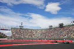 Fernando Alonso, McLaren MP4-30 lidera a Lewis Hamilton, Mercedes AMG F1 W06