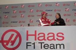 Esteban Gutiérrez und Gene Haas bei der Fahrervorstellung des Haas F1 Teams