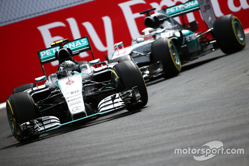 Ніко Росберг, Mercedes AMG F1 W06 лідирує  товариш по команді Льюїс Хемілтон, Mercedes AMG F1 W06