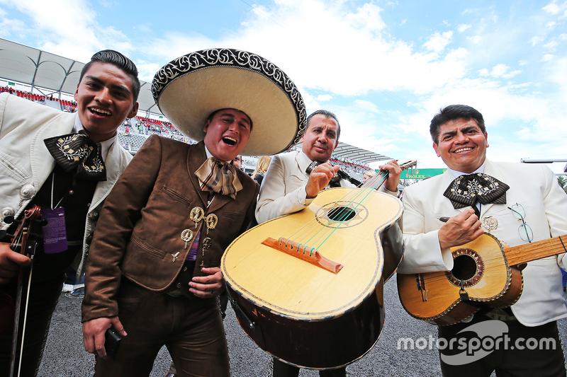 فرقة مارياشي تعزف خارج مرآب فريق فورس إنديا