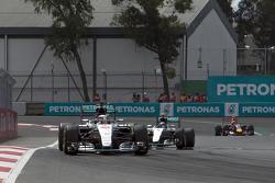 Lewis Hamilton, Mercedes AMG F1 W06 lidera a Nico Rosberg AMG F1 W06
