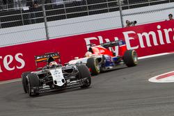 Нико Хюлькенберг, Sahara Force India F1 VJM08 и Уилл Стивенс, Manor F1 Team