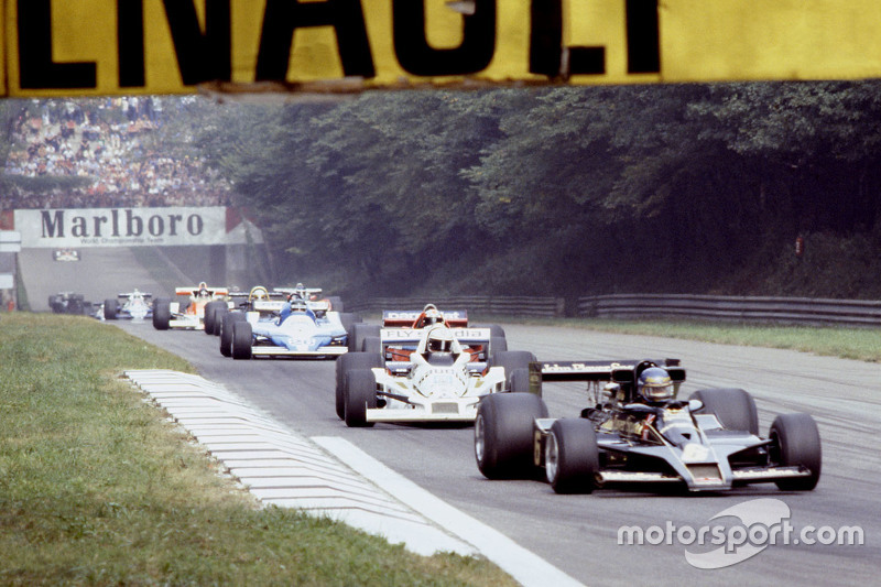 Ronnie Peterson, Lotus F1 Team y Alan Jones, Williams, en la vuelta de calentamiento