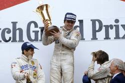 Podium: El ganador de la carrera, Alan Jones, Williams, segundo lugar, Jody Scheckter, Ferrari, tercer lugar, Jacques Laffite, Ligier