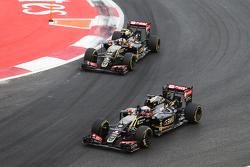 Romain Grosjean, Lotus F1 E23 en Pastor Maldonado, Lotus F1 E23 aan de finish