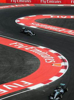 Nico Rosberg, Mercedes AMG F1 W06 à frente de Lewis Hamilton, Mercedes AMG F1 W06