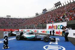 Победитель гонки - Нико Росберг, Mercedes AMG F1 W06 в закрытом парке