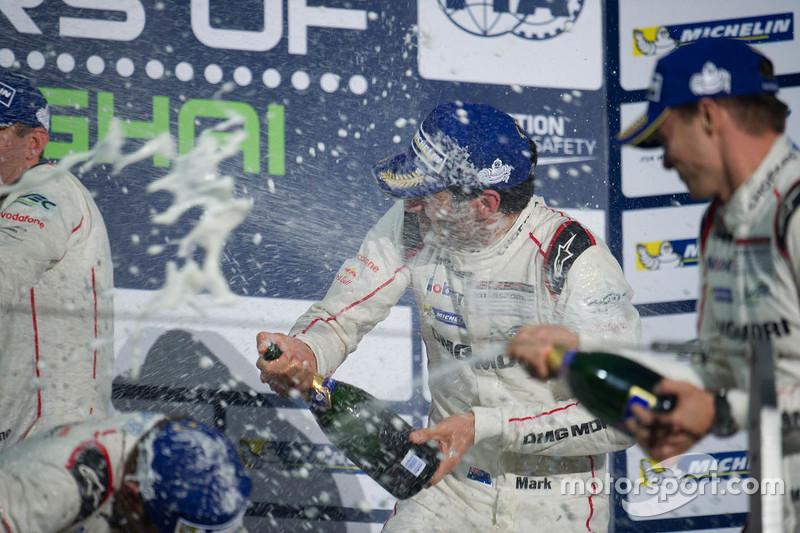 الفائز بالسباق السيارة رقم 17 فريق بورشه 919 الهجينة: تيمو بيرنهارد، مارك ويبر، برندون هارتلي