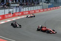 Kimi Raikkonen, Ferrari SF15-T y Jenson Button, McLaren MP4-30