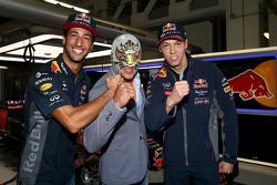 Даниэль Риккардо, Red Bull Racing и Даниил Квят, Red Bull Racing с мексиканским рестлером Мистико