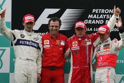 Podio: ganador de la carrera Kimi Raikkonen, segundo lugar de Robert Kubica y Heikki Kovalainen el tercer lugar, Stefano Domenicali, Scuderia Ferrari, director deportivo