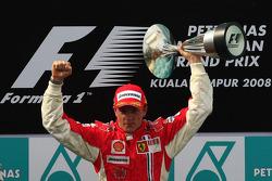 Podio: ganador de la carrera Kimi Raikkonen