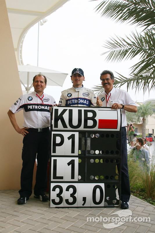 Robert Kubica comemora com Willy Rampf BMW Sauber F1 e Dr. Mario Theissen, diretor da BMW Sauber F1 Team