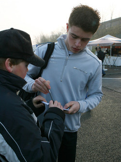 Paul di Resta, Team HWA AMG Mercedes, signing autographs when arriving on the circuit