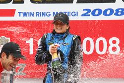 Podio: gadador de la carrera Danica Patrick celebra