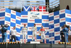 Podium: race winner Jamie Green with Paul di Resta, Tom Kristensen and Gerhard Ungar, chief technician HWA Mercedes