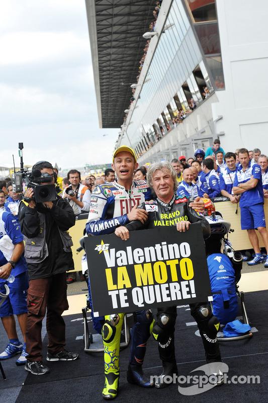 Ganador de la carrera Valentino Rossi celebra su victoria 90 carreras con Angel Nieto