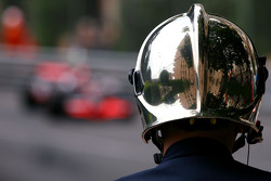 Fire marshall, Lewis Hamilton, McLaren Mercedes