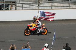 Nicky Hayden rueda antes del evento