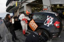 Pit stop for #68 BMW 130i: Willi Friedrichs, Olaf Hoppelshäuser, Thomas Frank