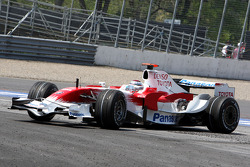 Jarno Trulli, Toyota Racing, spins at turn 10