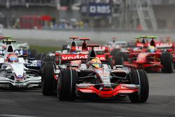 Start, Lewis Hamilton, McLaren Mercedes, MP4-23 leads Robert Kubica, BMW Sauber F1 Team, F1.08