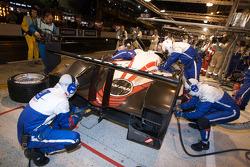 Пит-стоп автомобиля #7 Team Peugeot Total Peugeot 908 под управлением Марка Жене, Николя Минассяна и Жака Вильнёва