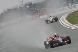 Bruno Senna leads Lucas di Grassi