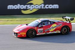 #208 Ferrai of Fort Lauderdale Ferrari 458 e i loghi Motorsport.com in pista